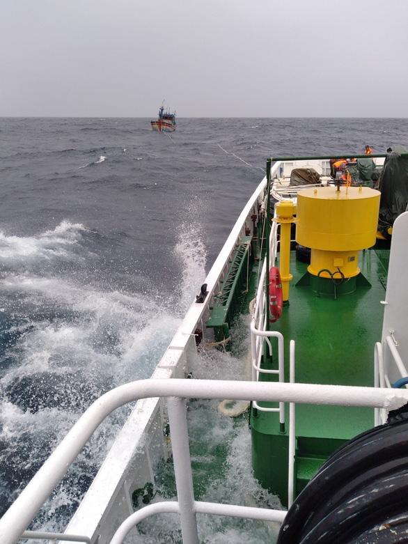 Tàu 467 đang lai kéo BĐ 97496 TS cùng 11 thuyền viên về bờ, ảnh Vũ Bằng