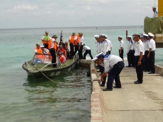 Đảo Nam Yết cứu ngư dân bị dập bàn tay trái do tai nạn lao động
