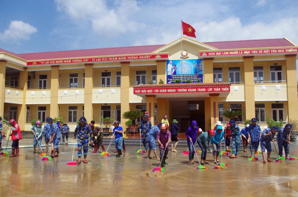 Bộ đội Vùng 3 Hải quân trường học dọn bùn đất sau lũ quyết, ảnh Văn Quyết