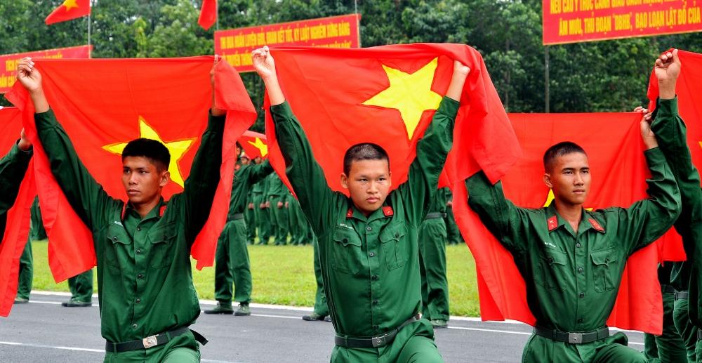 Bộ đội Quân khu 4 giúp dân dọn vệ sinh sau lũ, ảnh Văn Quyết