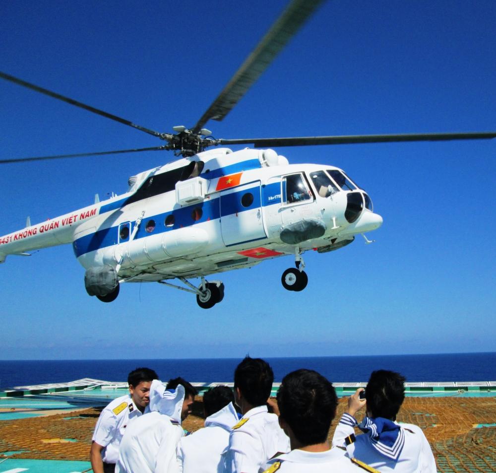 Chiến sĩ nhà giàn đón trực thăng từ đất liền bay ra huấn luyện