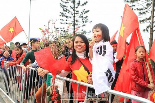 Người hâm mộ mang bánh chưng ra sân bay đón đội tuyển Việt Nam