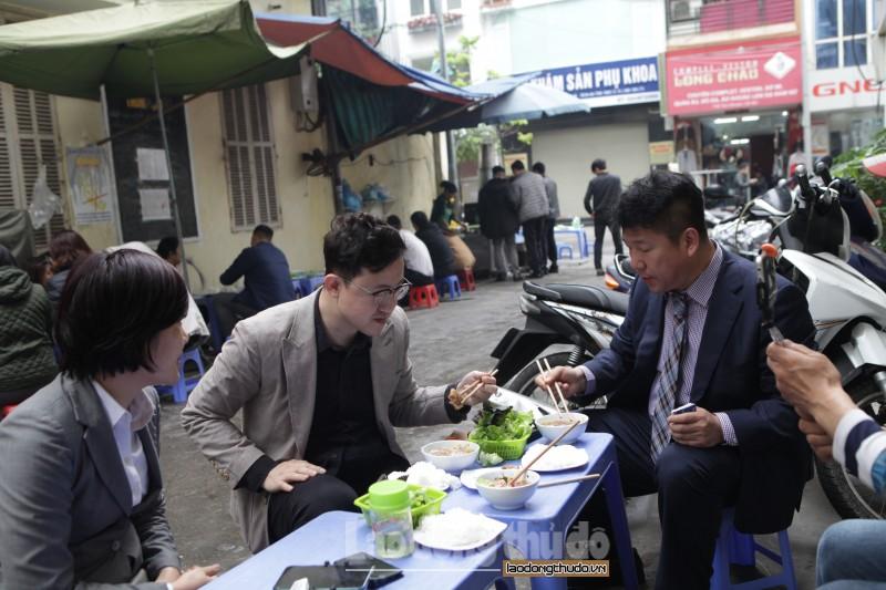 Phóng viên nước ngoài tìm ăn món bún chả Hà Nội