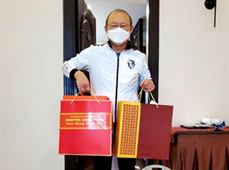 Thủ tướng gửi quà Tết cho Huấn luyện viên Park Hang-seo