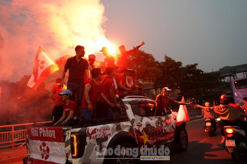 Cổ động viên Hải Phòng diễu hành, đốt pháo sáng gây náo loạn đường phố Hà Nội