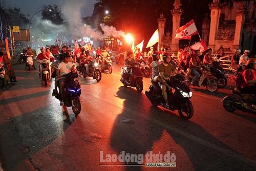 Vấn nạn pháo sáng trong bóng đá: Cần những giải pháp mạnh tay để ngăn chặn