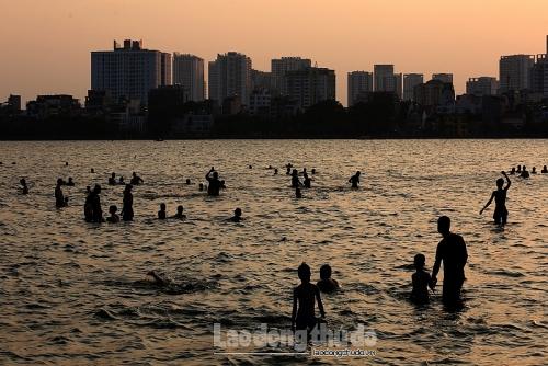 Hà Nội nắng nóng đỉnh điểm, người dân đổ xô đi tắm hồ Tây