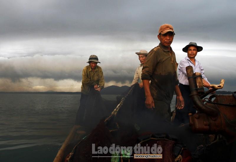 Lênh đênh những chiếc bè đánh cá ngoài khơi