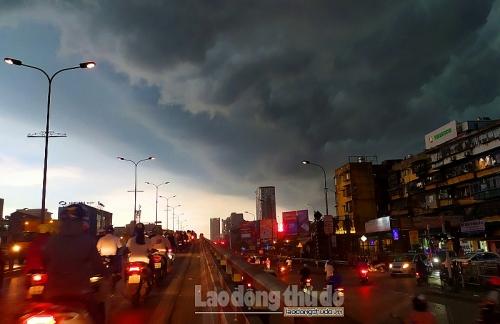 Hà Nội: Người dân chật vật trong cơn mưa đúng giờ cao điểm