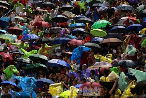 Người hâm mộ đội mưa cổ vũ đội tuyển U23 Việt Nam