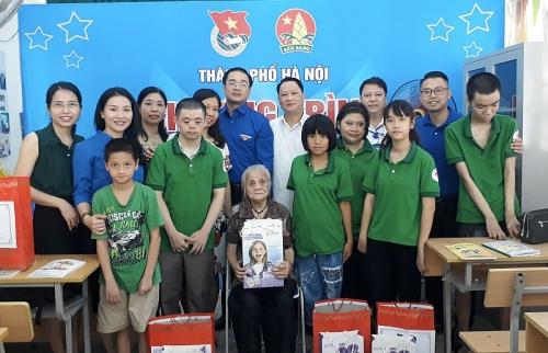 Thành đoàn Hà Nội tặng quà cho thiếu nhi tại lớp học tình thương - Trường THCS An Dương