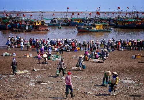 Giao Long: Chợ phiên họp theo...con nước