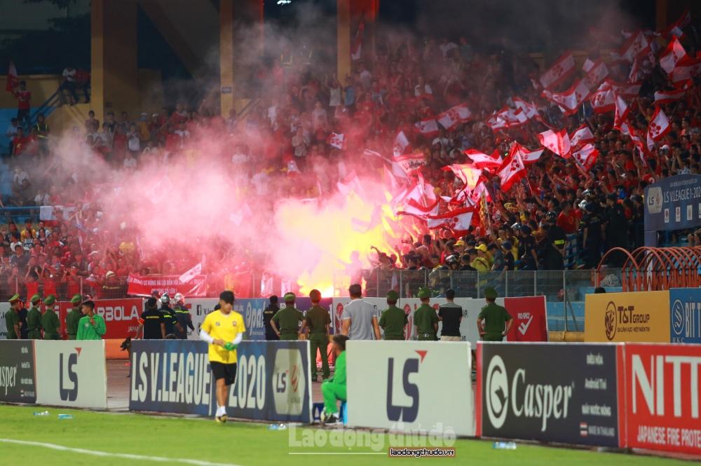 Để cổ động viên Hải Phòng đốt pháo sáng, Hà Nội FC phải nộp phạt 40 triệu đồng