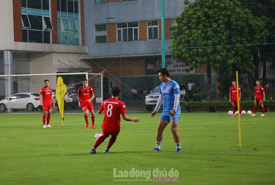 Huấn luyện viên Park Hang-seo rèn quân dưới trời mưa như trút nước