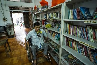 """Thư viện của """"thầy giáo"""" ngồi xe lăn"""