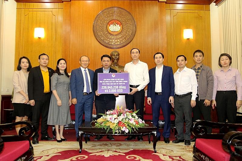 Huấn luyện viên Park Hang-seo cùng VFF ủng hộ đồng bào miền Trung