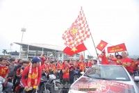 Người hâm mộ mang cờ hoa nhuộm đỏ sân Mỹ Đình