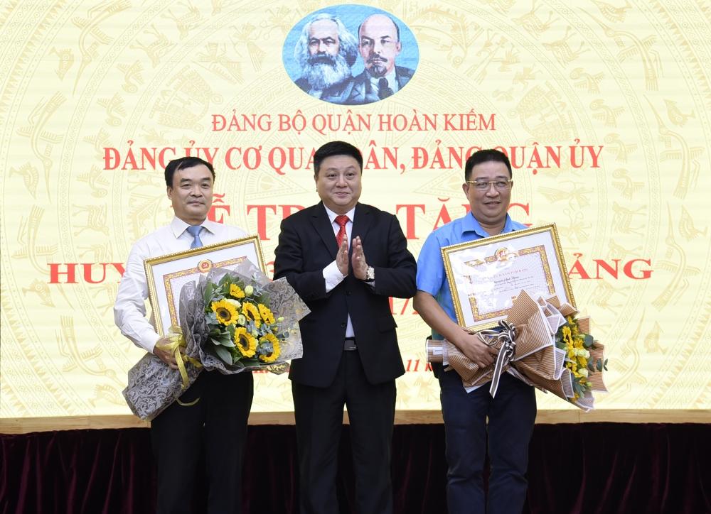 Trao tặng Huy hiệu 30 năm tuổi  Đảng cho đảng viên Chi bộ cơ quan Liên đoàn lao động quận Hoàn Kiếm