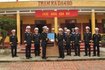Bộ Tư lệnh Vùng 1 Hải quân: Thăm, tặng quà Tết cán bộ, chiến sĩ và nhân dân tuyến đảo Đông Bắc