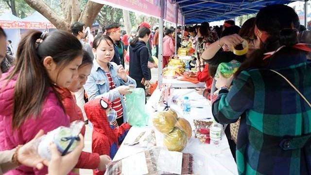 Ấm áp phiên chợ Tết 0 đồng cho gia đình các bệnh nhi