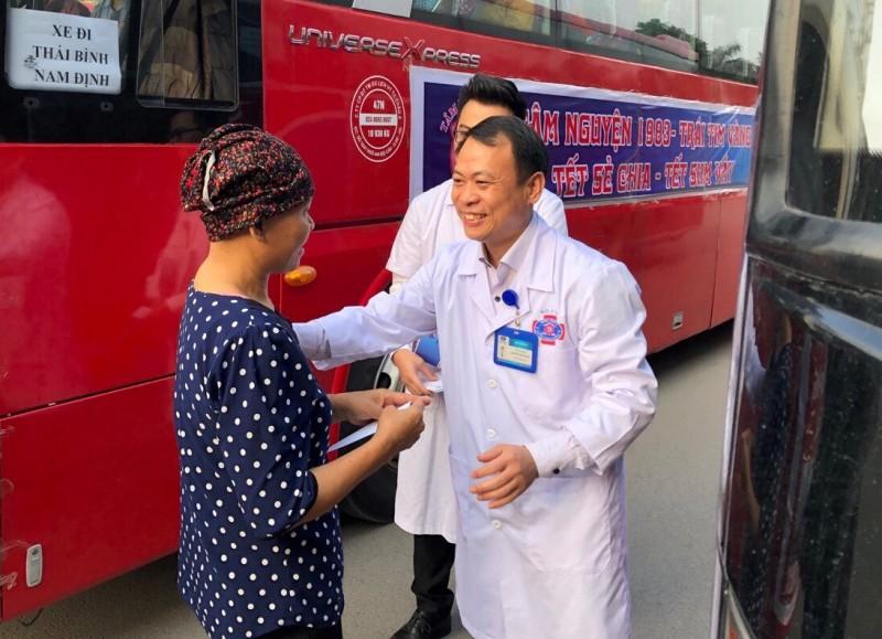 'Chuyến xe yêu thương' Bệnh viện K: Mang Tết đến gần với người bệnh ung thư