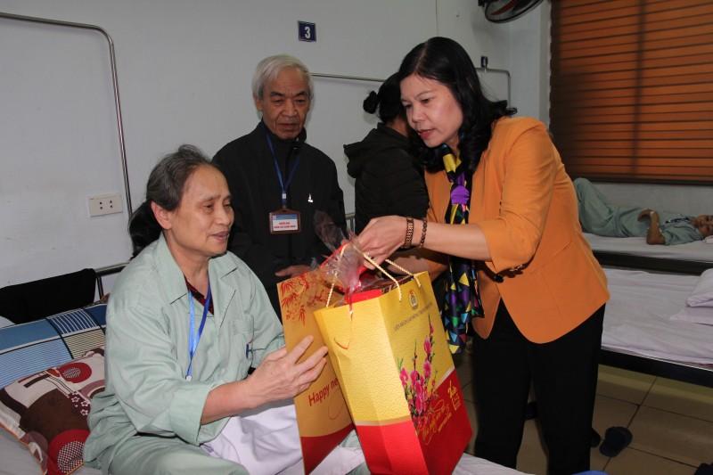 Thường trực LĐLĐ Thành phố thăm, tặng quà các đơn vị làm việc xuyên Tết