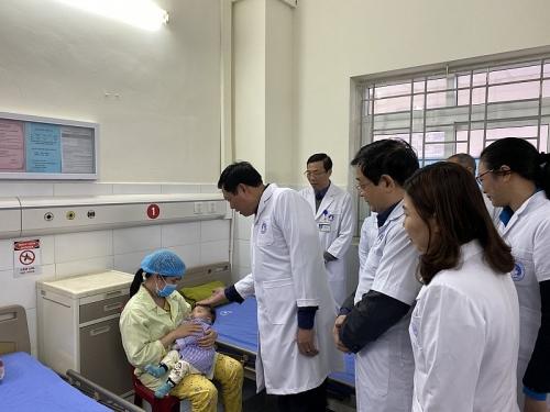 Thăm và tặng quà cán bộ y tế trực Tết tại Hưng Yên