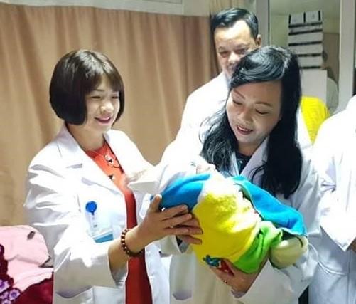 Bộ trưởng Bộ Y tế thăm, động viên các y bác sĩ trực Tết