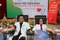 Hàng trăm nhân viên y tế Bệnh viện Phụ sản Hà Nội hiến máu tình nguyện