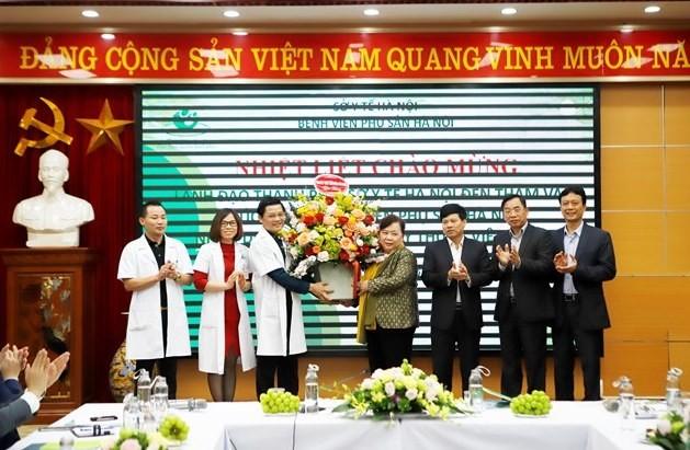 lanh dao thanh pho chuc mung benh vien phu san ha noi nhan ngay 272
