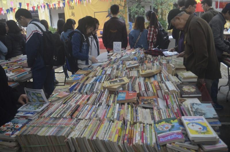 Hội sách cũ Hà Nội: Chỉ từ 3.000 đồng một cuốn