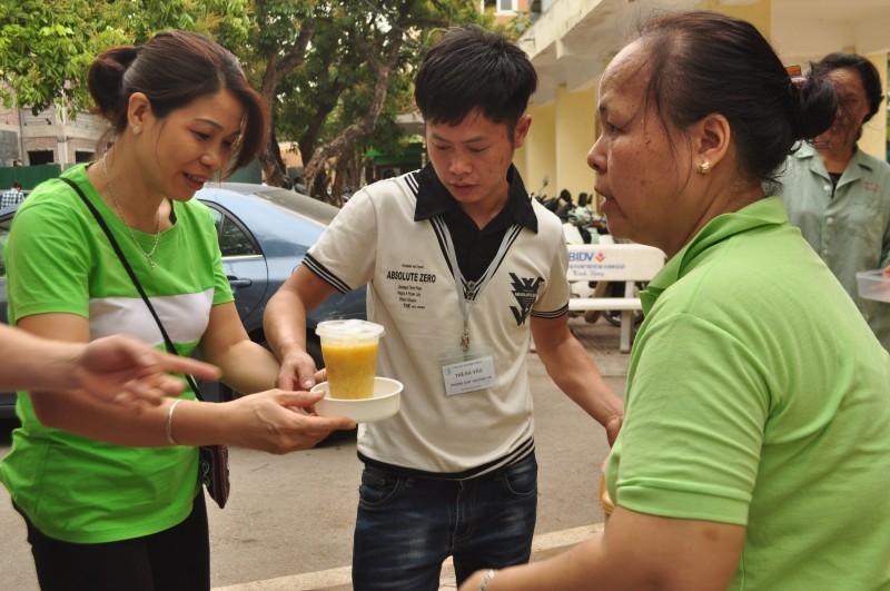 Câu lạc bộ cháo từ thiện Hà Nội: Sẻ chia yêu thương với bệnh nhân nghèo