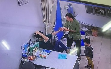 Bác sĩ Bệnh viện Xanh Pôn bị người nhà bệnh nhi hành hung