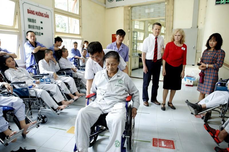 Bệnh viện Bạch Mai trao tặng 50 xe lăn cho bệnh nhân