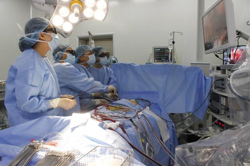 Phẫu thuật tim nội soi với công nghệ 3D: Người bệnh được hưởng lợi