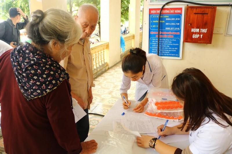 Khám tầm soát các bệnh về đường hô hấp và ung thư vú cho người dân