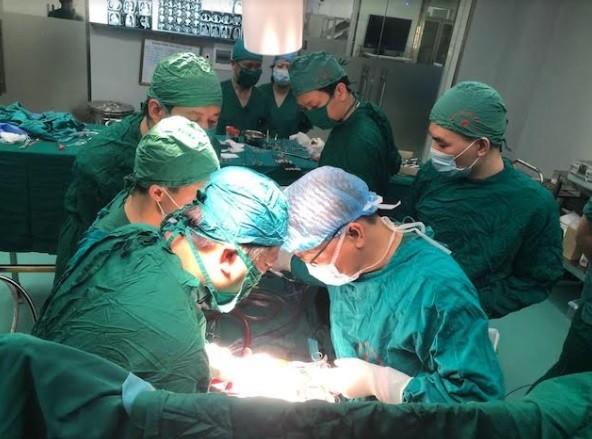 Làm chủ kỹ thuật cắt khối u trung thất phức tạp sử dụng máy tim phổi nhân tạo