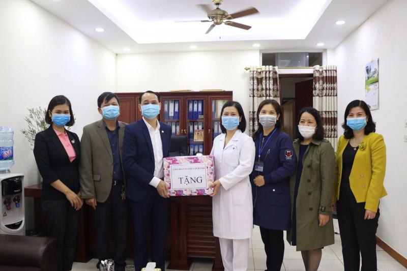 Công đoàn Y tế Hà Nội: Thăm, tặng quà một số đơn vị y tế chống dịch Covid-19