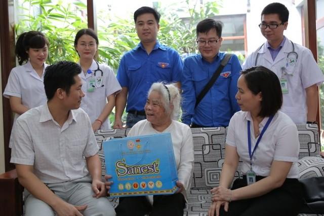 Bệnh viện đa khoa Đức Giang: Thăm khám và tặng quà cho mẹ Việt Nam anh hùng