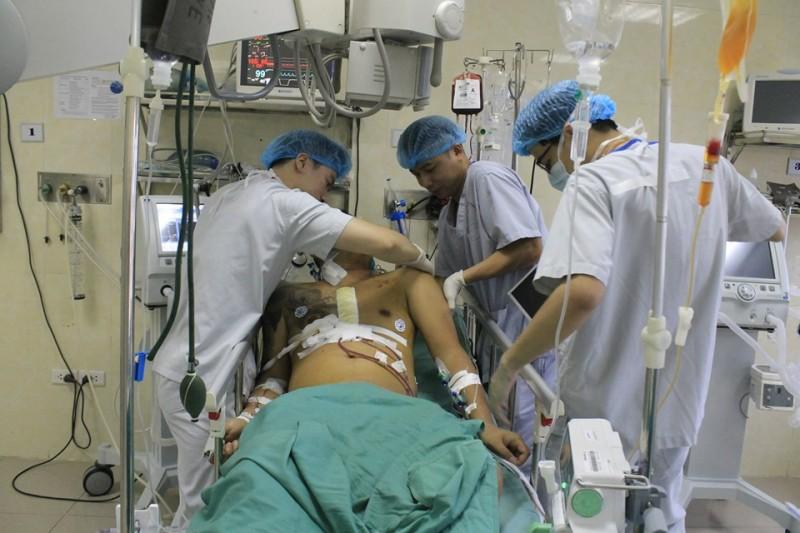 Nghẹt thở cứu sống bệnh nhân vỡ tim dọa tử vong trong gang tấc