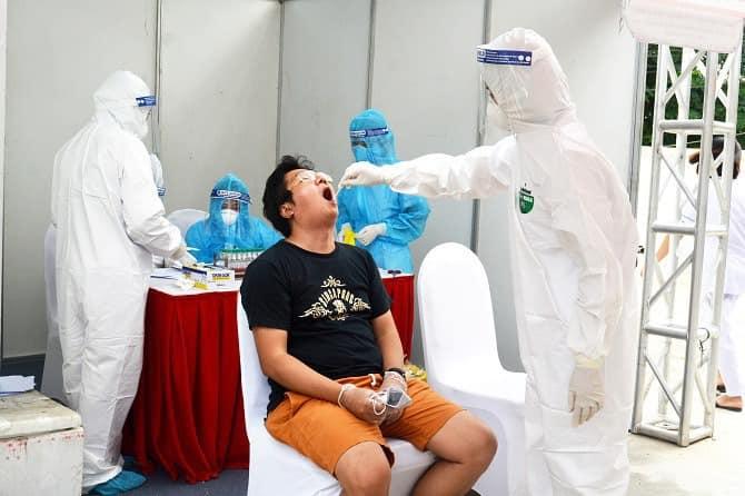 Hà Nội: Nhân viên y tế dự phòng xuyên đêm lấy mẫu xét nghiệm Covid-19