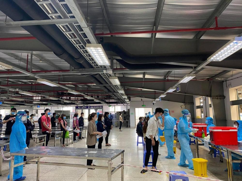 Mướt mải giữa nắng hè xét nghiệm SARS-CoV-2 cho hơn 80.000 công nhân