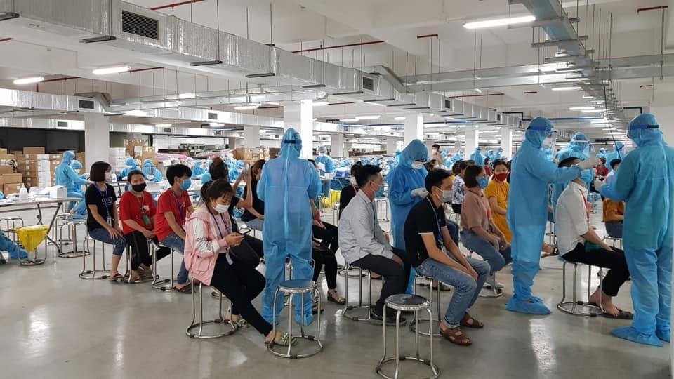 Triển khai tiêm vắc xin Covid-19 cho công nhân các khu công nghiệp tại Bắc Giang và Bắc Ninh