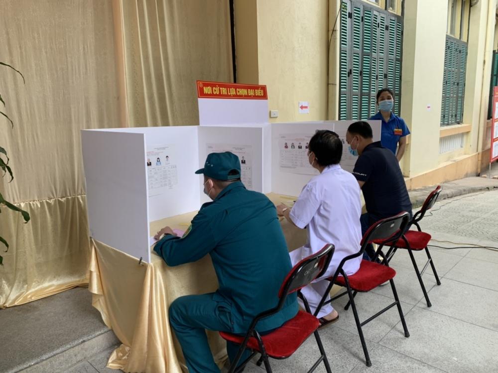 Chùm ảnh: Bầu cử trong tâm dịch