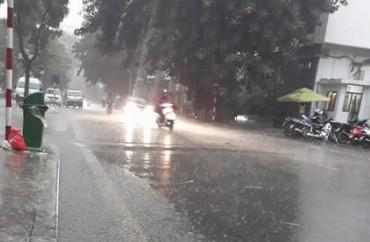Hà Nội mưa lớn sau đợt nắng nóng kỷ lục