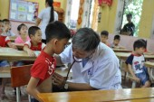 Gần 400 cháu học sinh được tặng quà và khám sàng lọc tim bẩm sinh