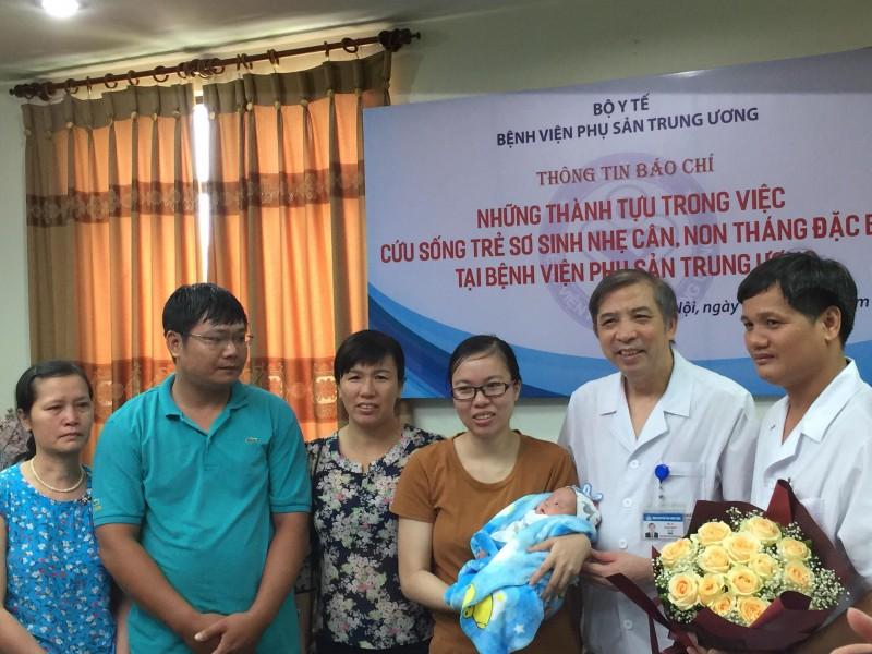 Bé gái sinh non nặng 5 lạng được cứu sống ngoạn mục