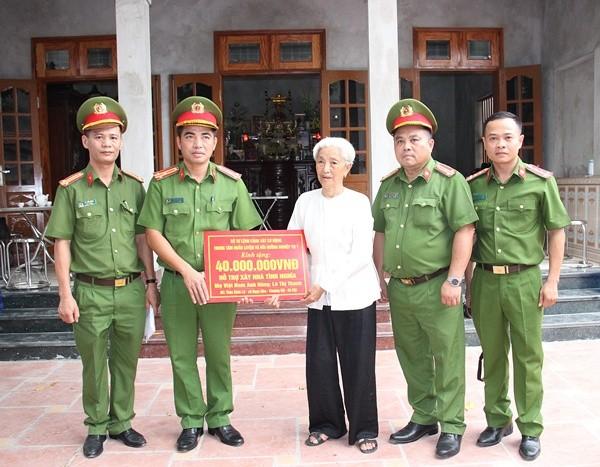 Trao kinh phí hỗ trợ xây dựng nhà ở cho Mẹ Việt Nam Anh hùng