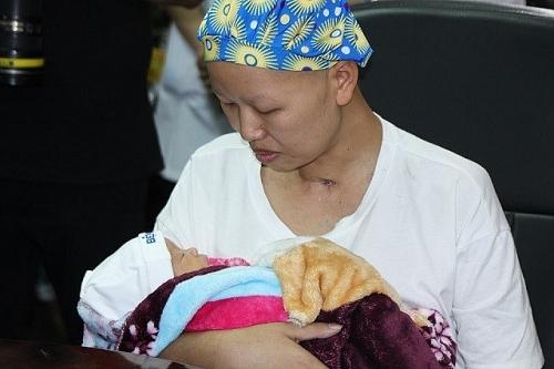 Mẹ ung thư giai đoạn cuối hạnh phúc đón con trai xuất viện