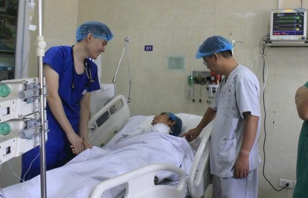 Cứu sống nam thanh niên bị dao đâm xuyên cổ đứt rời động mạch